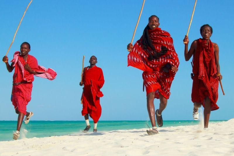 Masajowie na zanzibarskiej plaży